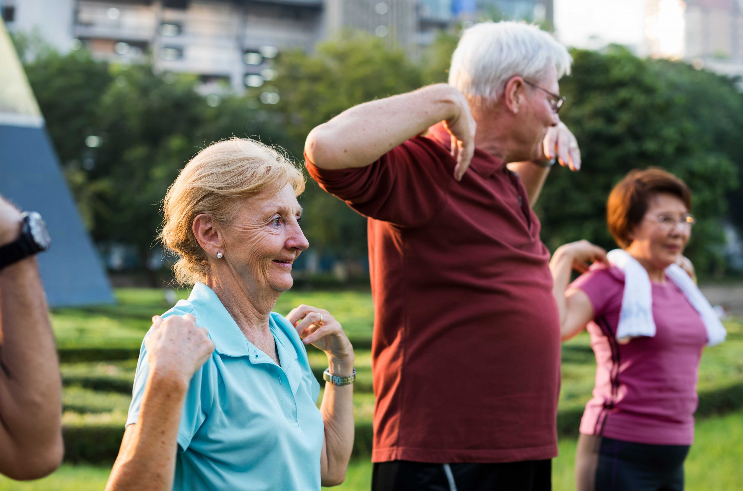 Umirovljenici u grupnoj vježbi na otvorenom